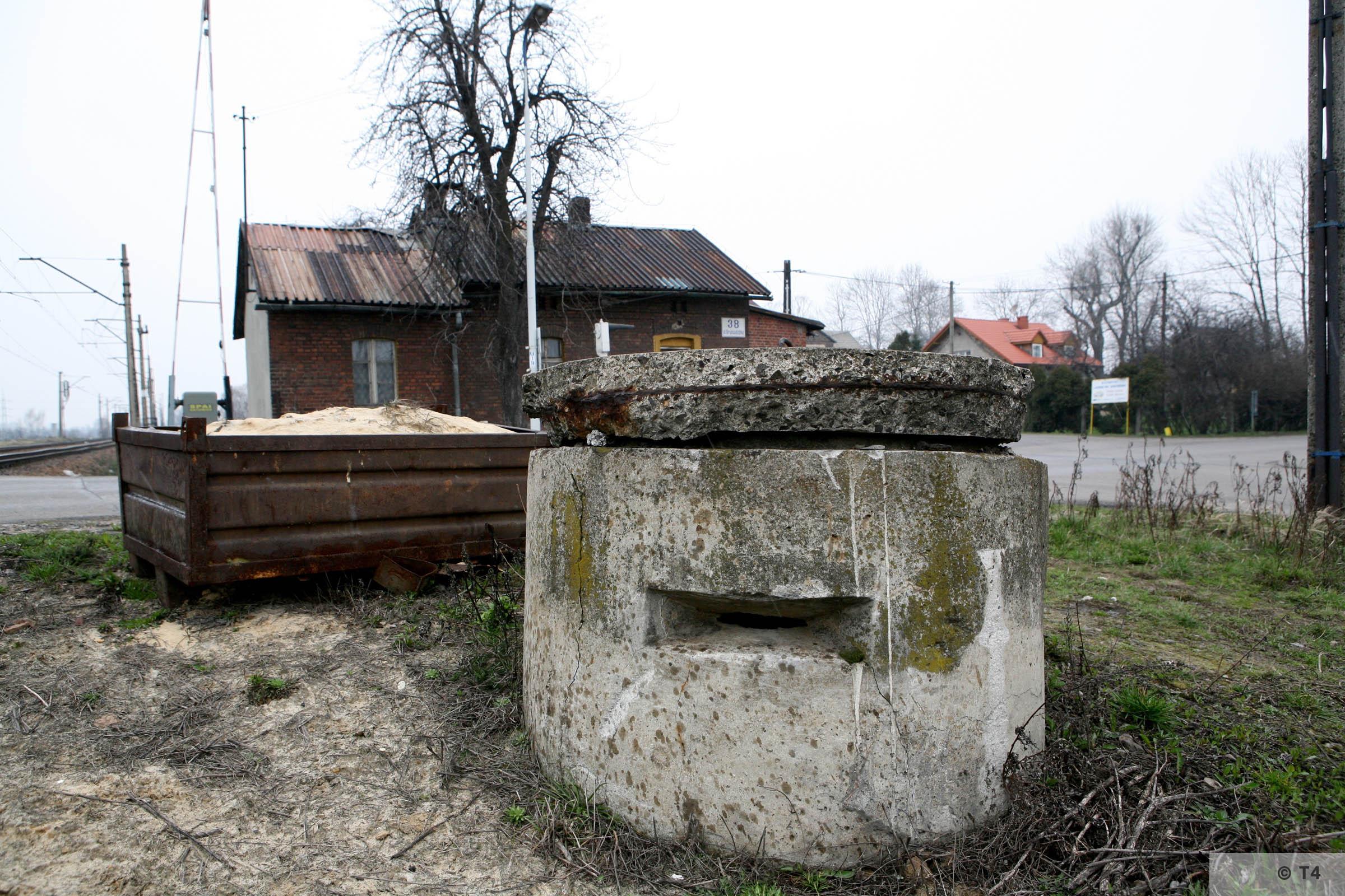 Air raid bunker at railway crossing in Babice. 2007 T4 3782
