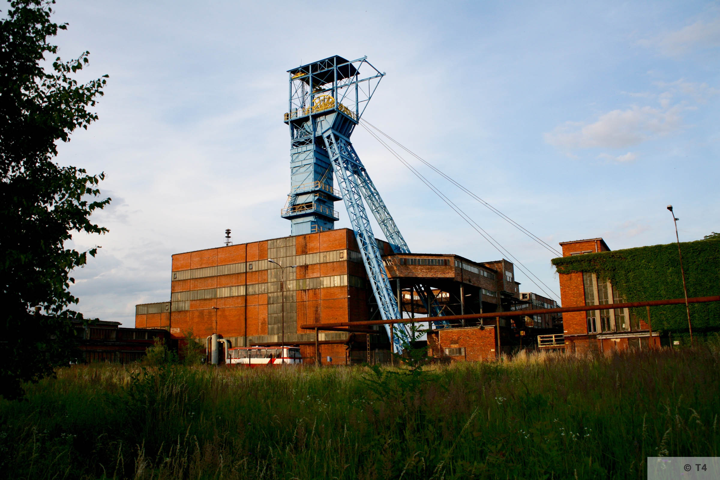 Andrzej III mine shaft in Jawiszowice. Hoisting tower, engine hall and coal reloading bridges. 2007 T4 9055