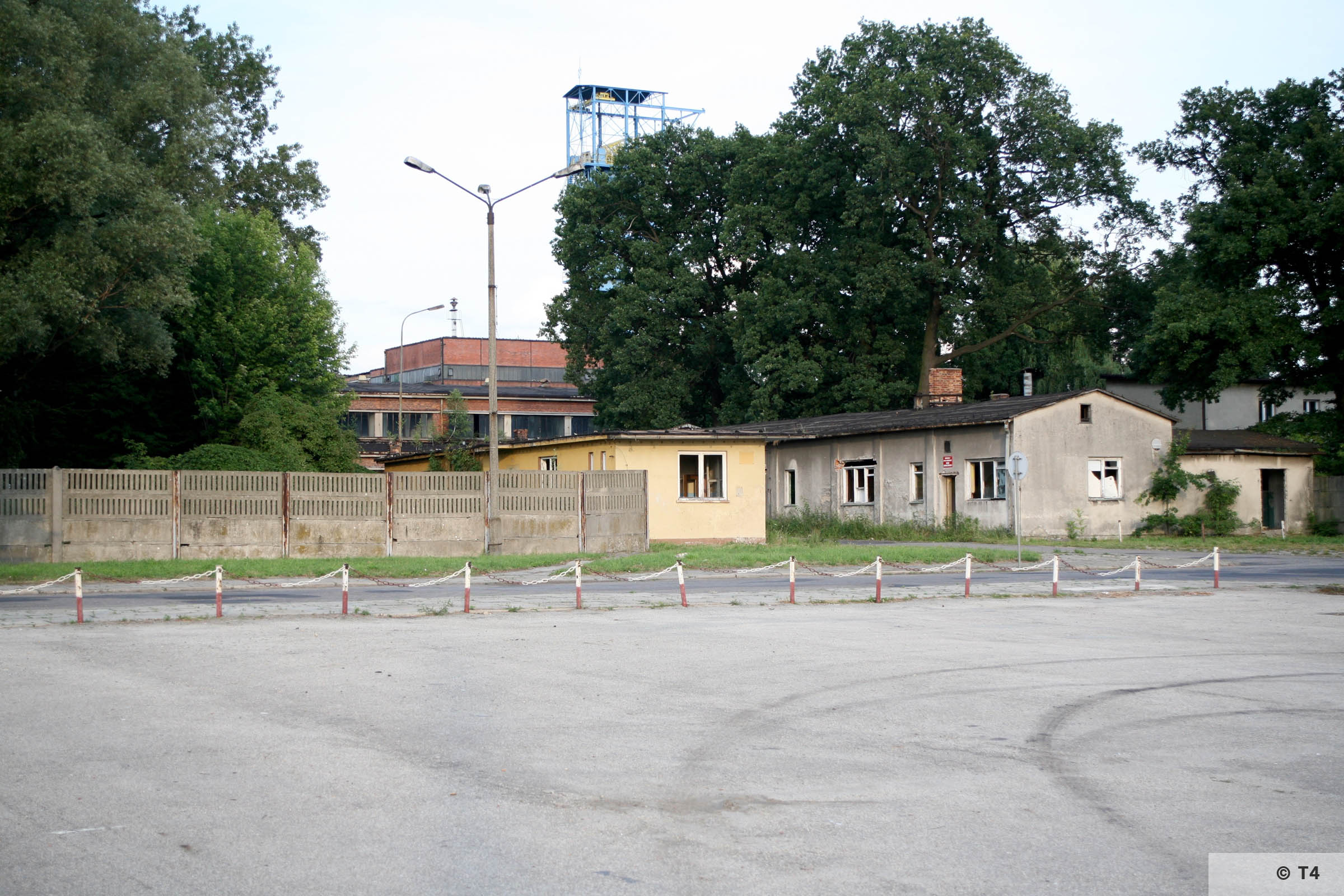 Andrzej III mine shaft in Jawiszowice. Hoisting tower. Barracks in front. 2007 T4 9042