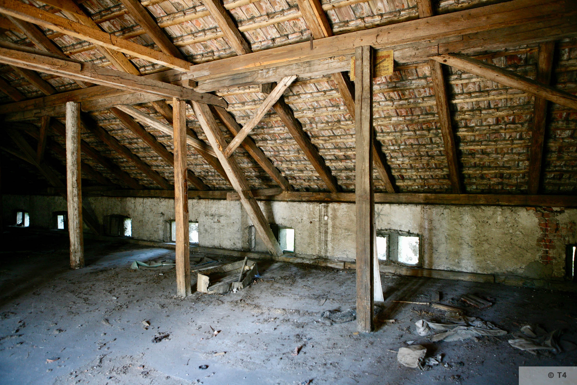 Attic of single storey stable block where prisoners lived. 2007 T4 9328