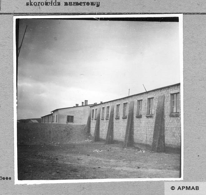 Brick barrack where SS guards lived.1959 APMAB .4392