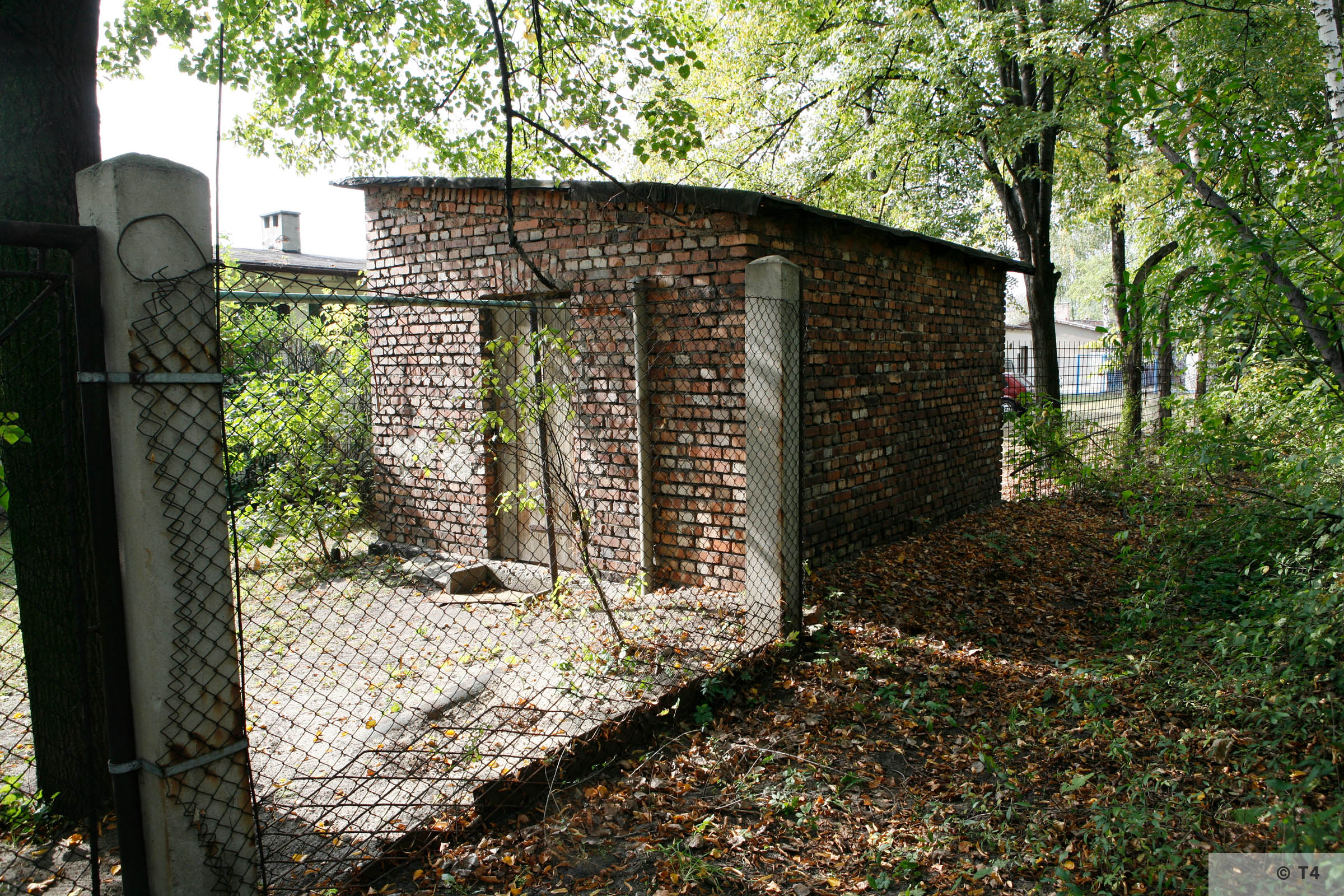 Brick building near the former Blockführerstube near the camp main entrance gate and remnants of camp fence. 2006 T4 2848