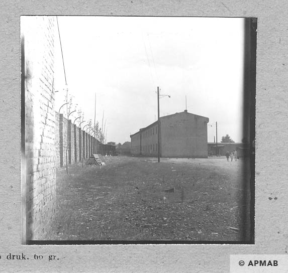 Brick building where prisoners lived and fragment of the wall. 1963 APMAB 5675