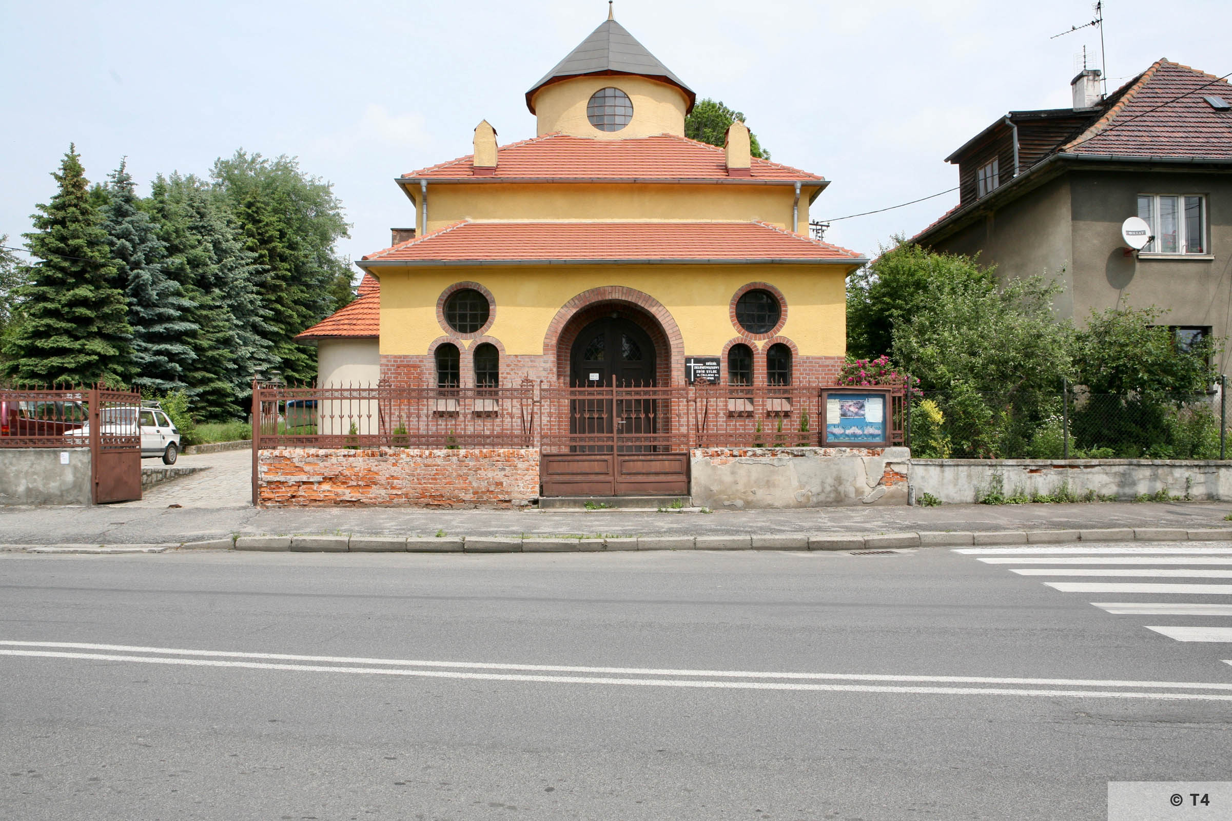 Building in front of Jewish cemetery in Prudnik. 2006 T4 5274