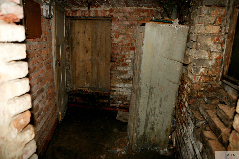 Cellar in wihich prisoners slept. 2006 T4 4227