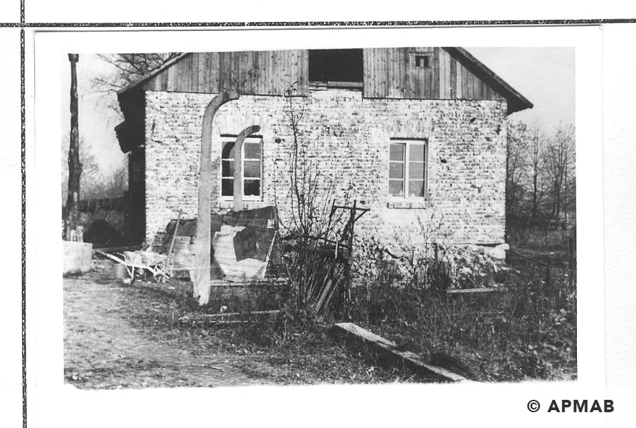 Fragment of sub camp fence next to a house built after the war. 1955 APMAB 22273 13