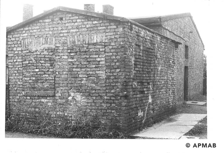 Guardhouse in front of main gate. In the backgound Blockführerstube.1967 APMAB 11200