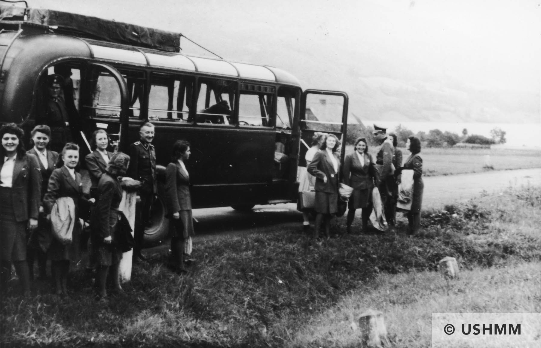 Members of the SS Helferinnen arrive by bus at Solahütte. USHMM 34763