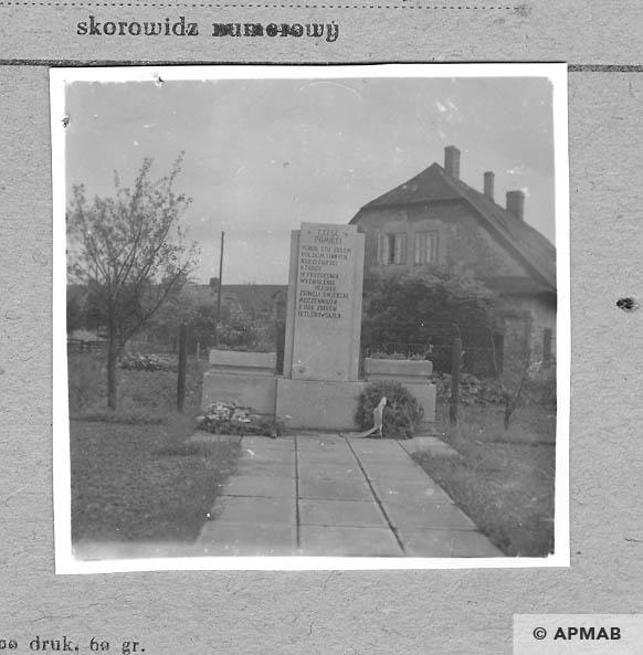 Memorial plaque close to the camp. 1959 APMAB 4360