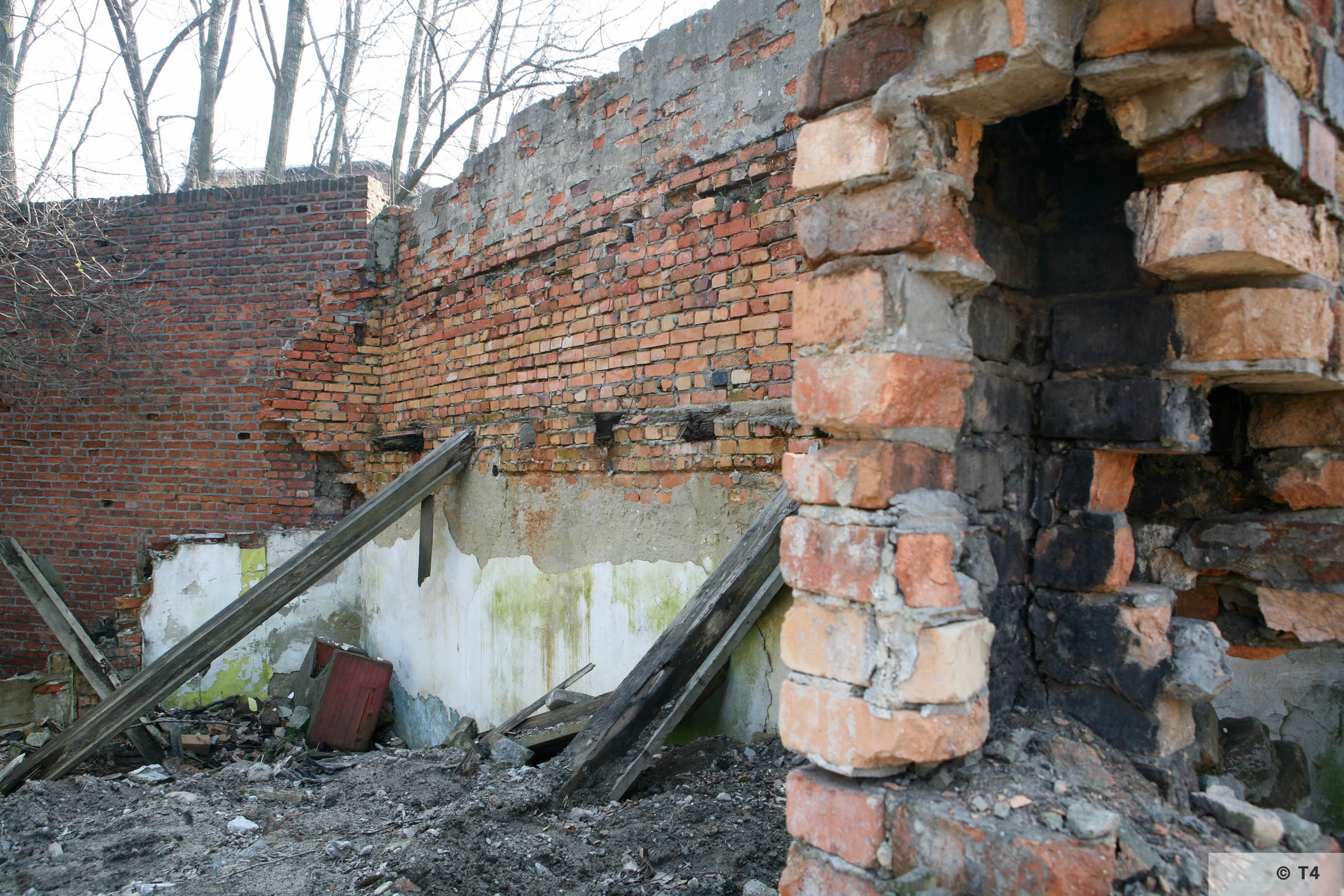 Remnants of building below stairs to steel works. 2007 T4 6704