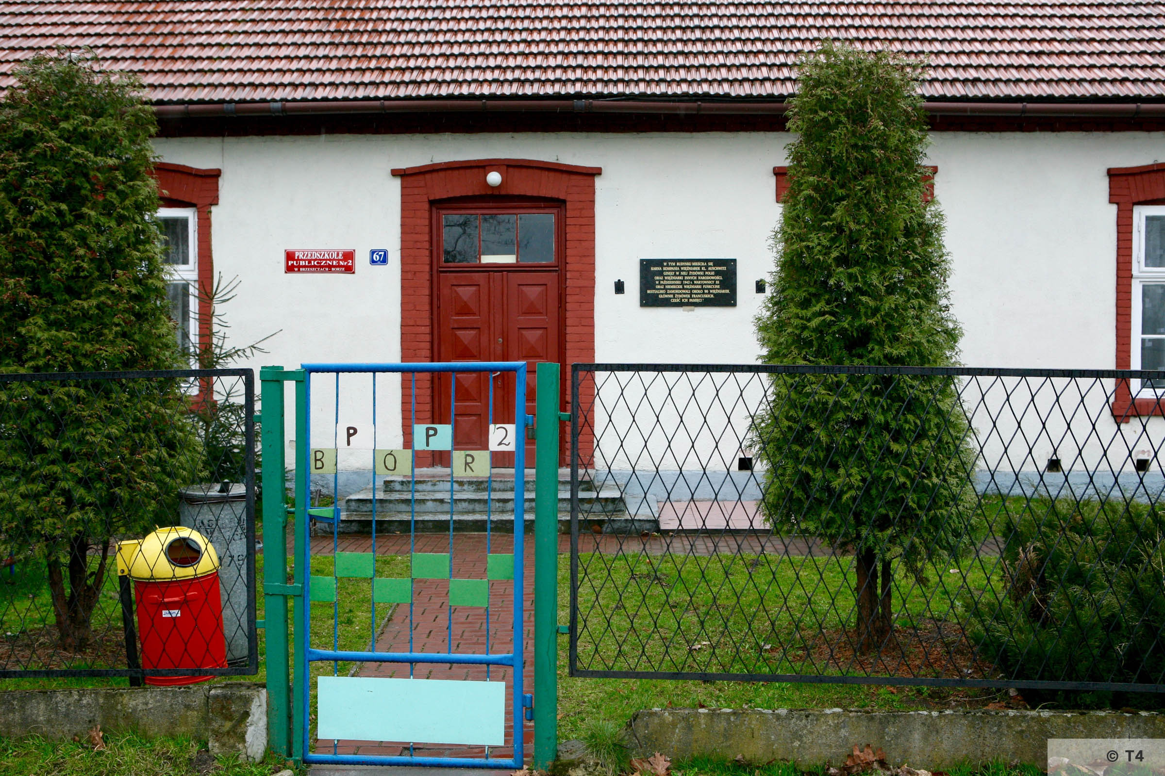 School building in Budy with memorial plaque. 2006 T4 3801