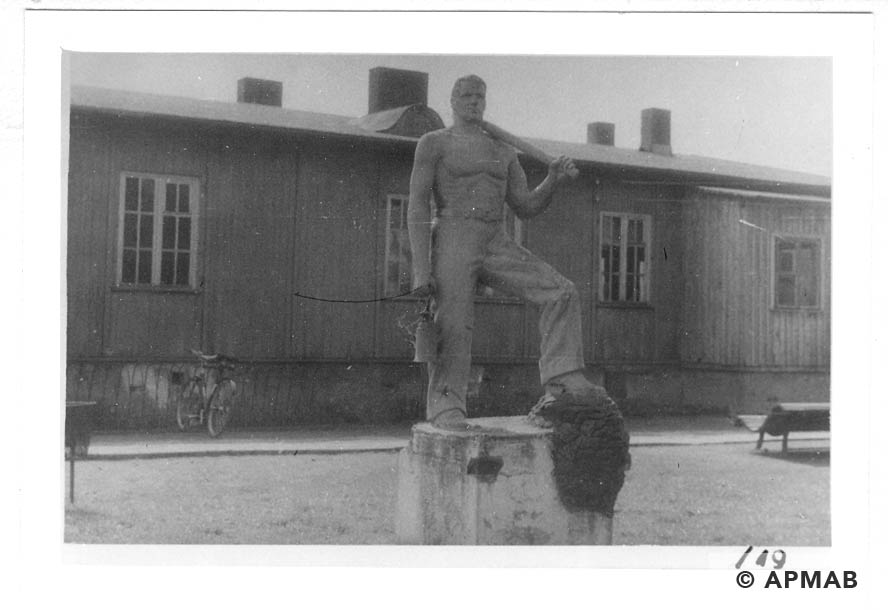 Sculptures on the camp area. 1960 to 1965 APMAB 21080 19