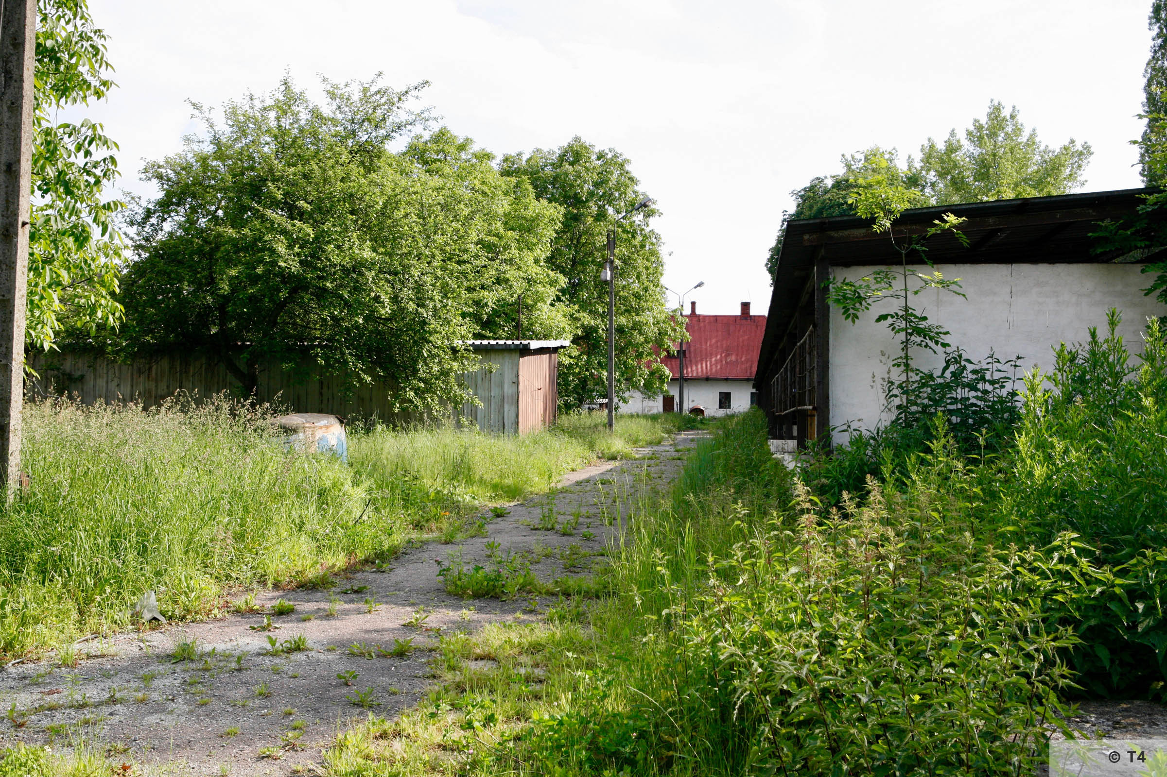 Single storey stable block on the right and former smithy at the end. 2006 T4 6692