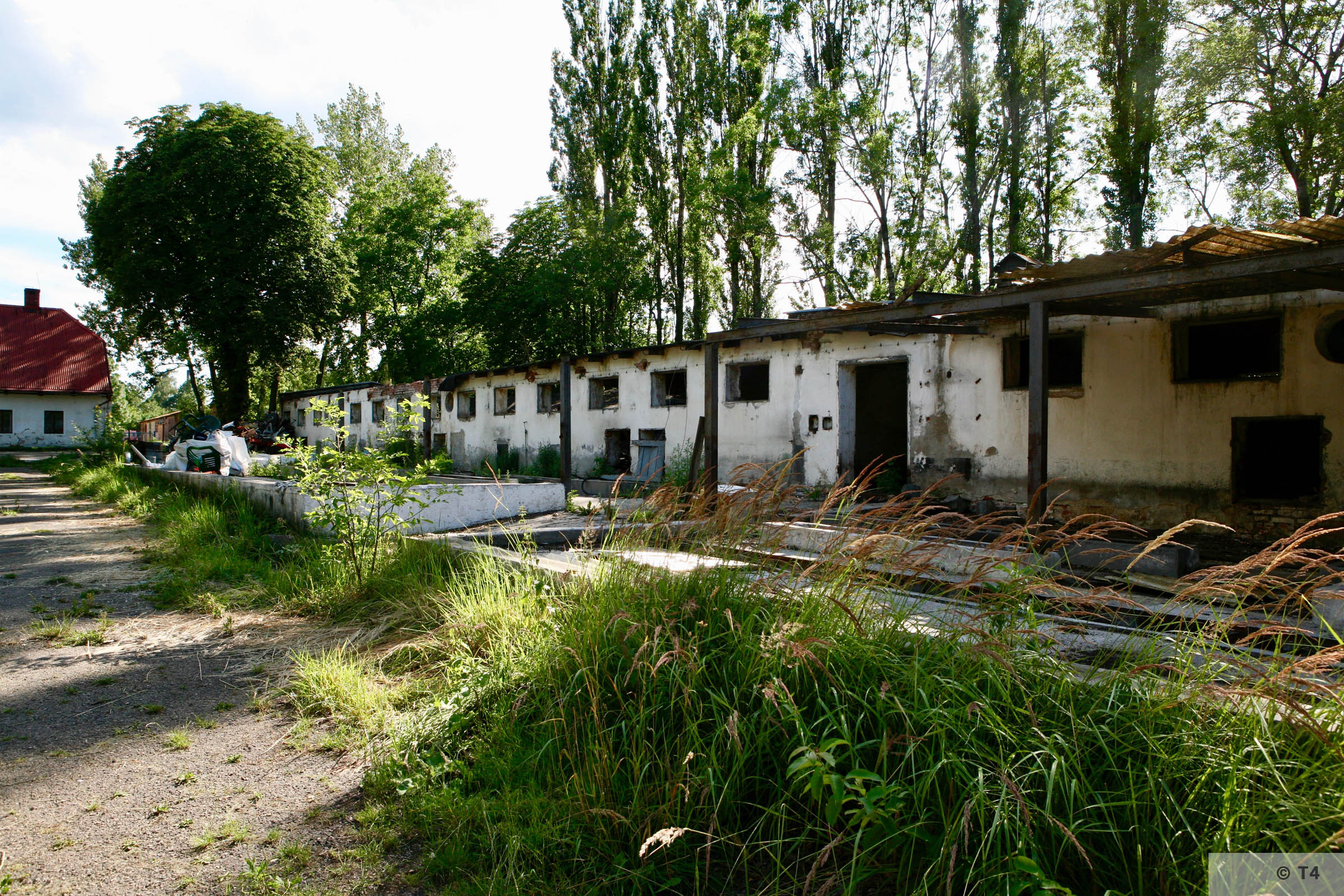 Single storey stable block where Kapos lived and hospital on the right. Former smithy straight ahead. 2007 T4 9302