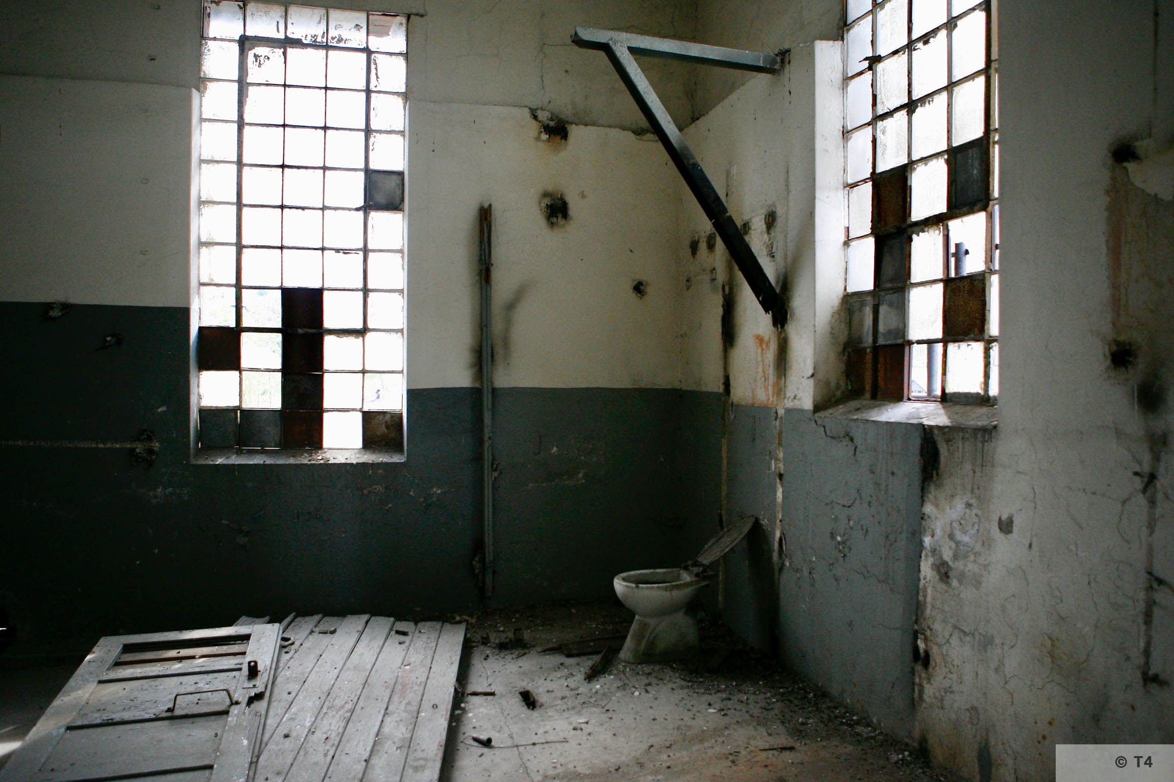 Toilet and bathroom prisoner warehouse building 2006 T4 3415