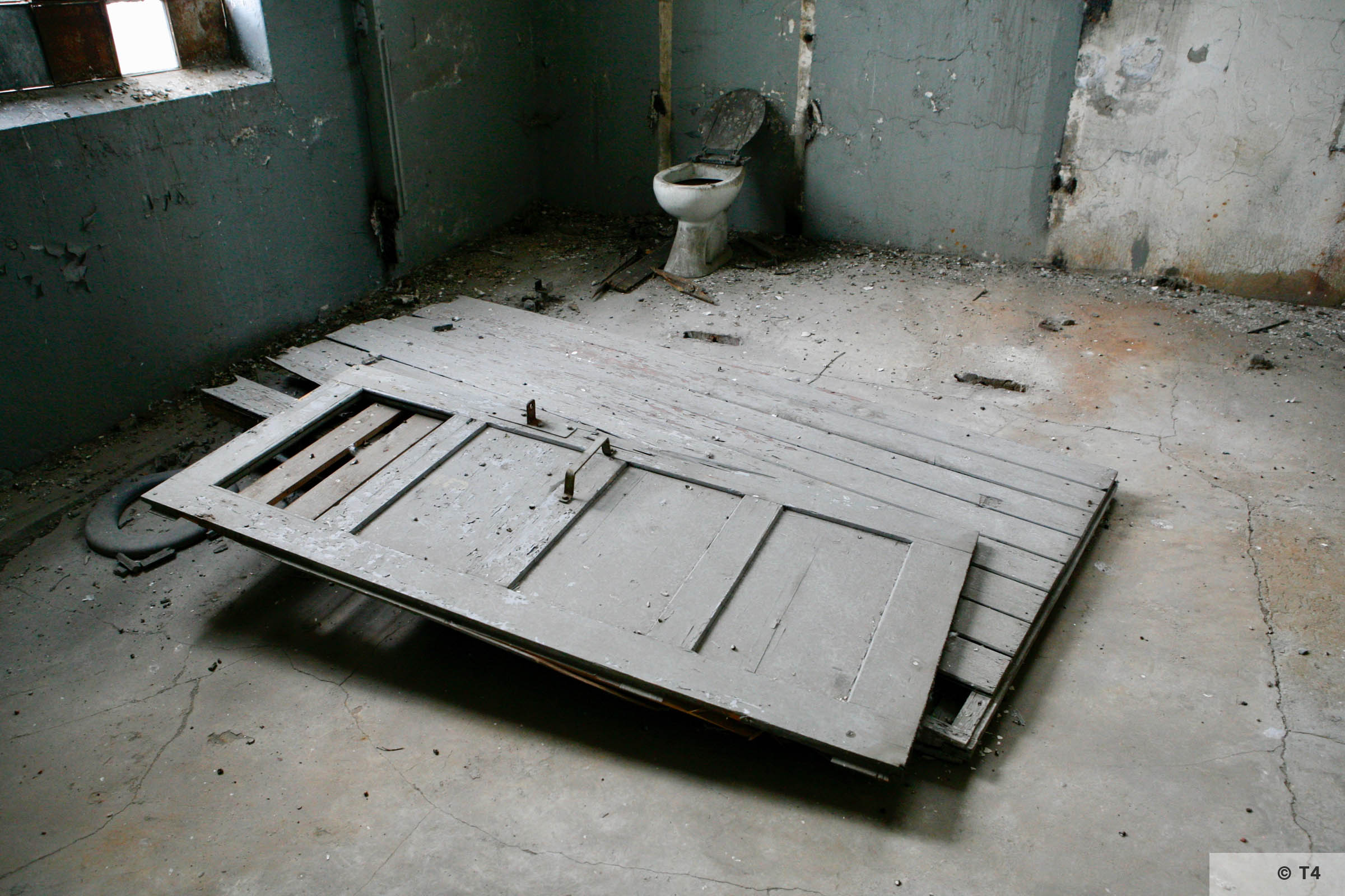 Toilet and bathroom prisoner warehouse building 2006 T4 3418