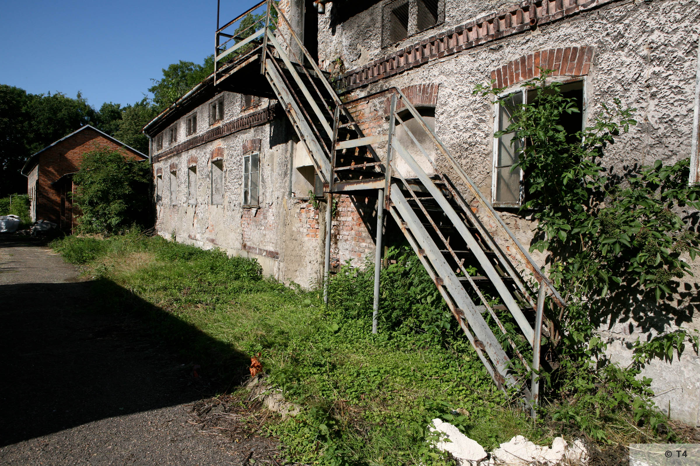 View of extension building to the left of the single storey stable building where prisoners lived. 2007 T4 9346
